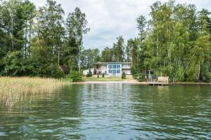 Дома на берегу озера в Финляндии